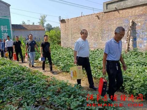 永城市第三高级中学赴薛湖镇洪寨村慰问留守老人和贫困户
