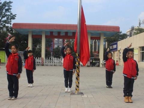 """呼市新城区建华学校举行""""同升一面旗,共爱一个国""""升国旗仪式"""
