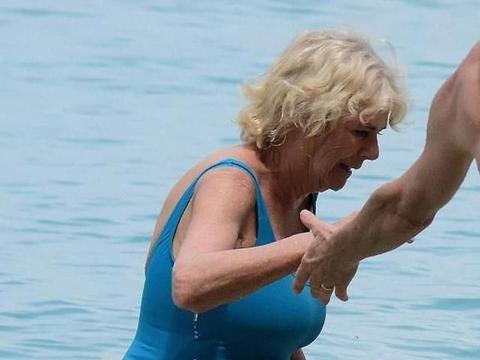 73岁卡米拉真老了!穿连体泳衣身材臃肿,打败戴安娜却输给岁月