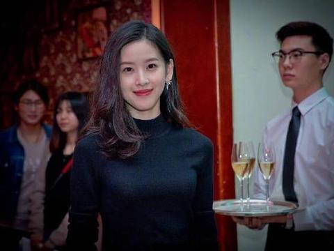26岁章泽天真优雅,简单针织衫搭配半身裙,轻松吸引全场目光