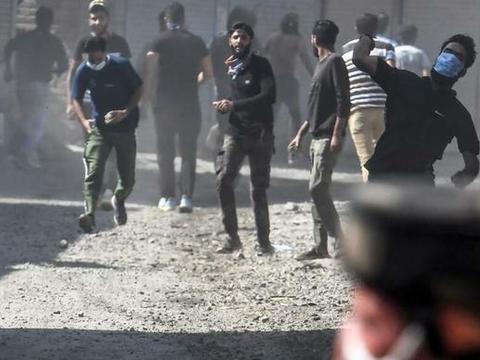 印控克什米尔突然动乱,人们高呼巴基斯坦万岁,印军枪口对准平民