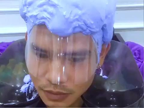 刚到理发店就看见眼前这个场景,这发型做的真是太6了