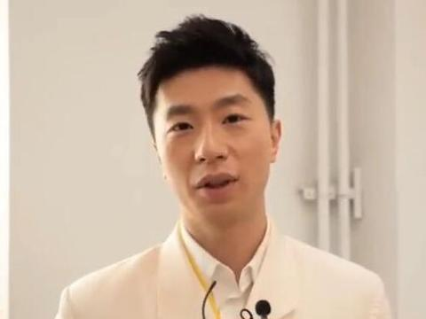 帅气!国乒前世界第一现身央视节目,一袭白色西装英姿飒爽!