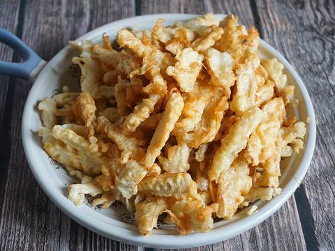 炸蘑菇时用淀粉还是用面粉,都不对,大厨用它调面糊,外焦里嫩
