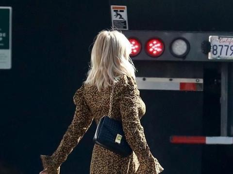 艾玛·罗伯茨穿碎花喇叭袖连身裙靓丽减龄,搭黑色单肩包显时尚