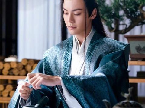 陈伟霆搂着杨幂开心合影,留意到他的手势后:人品好坏一看便知!