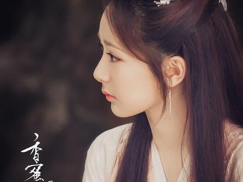 杨紫蜜桃色古装造型,路人镜头下颜值抗打,就是齐刘海拉低了颜值