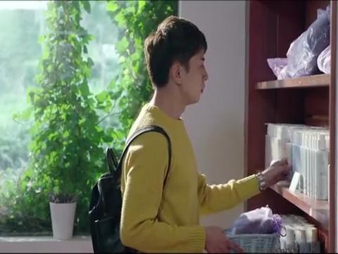 小伙和女友在精品店内选购物品,他看到美女店员之后,竟开始很紧