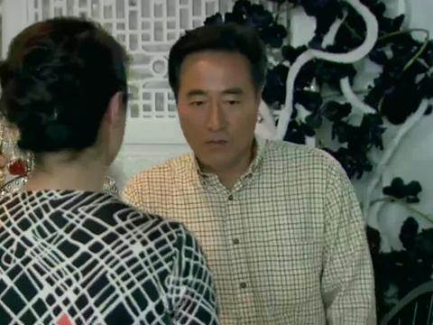 尤老师寻求李女士,希望她帮忙隐瞒齐大妈,就说自己在外地回不来