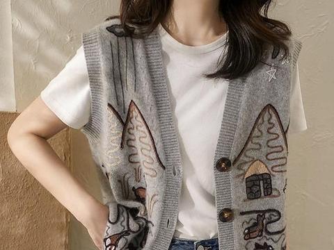 """火得不得了的""""毛衣马甲+衬衫""""!精致减龄,十件T恤都不及它美"""