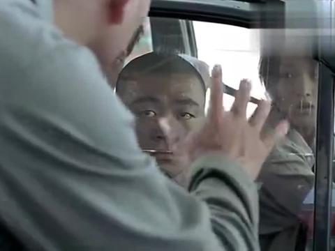 女司机去加油,付款时故意把钱丢在地上,加油站员工一看秒懂