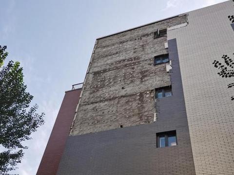 宁夏一小区墙皮脱落,砸坏男子汽车,物业表示不可抗力拒绝赔偿