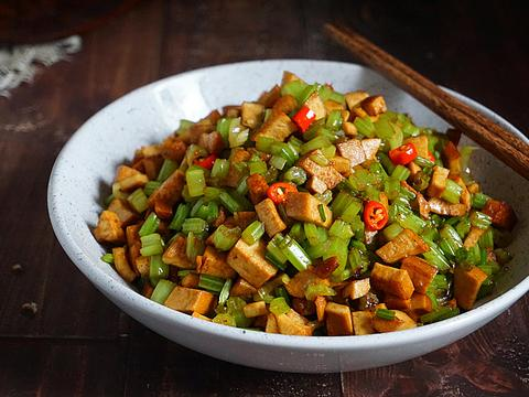 低脂芹菜炒香干,比吃蔬菜沙拉健康饱腹,高蛋白粗纤维,排便通畅