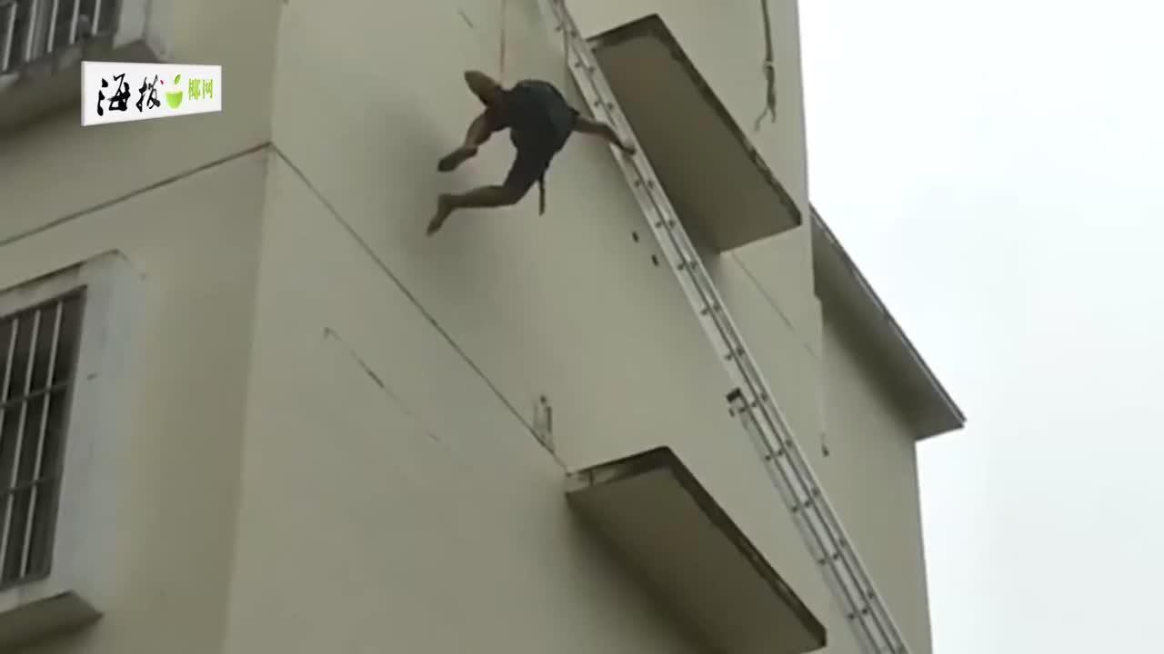 【海视频】事发白沙!工人因安装空调操作不慎悬空于五楼外,急待救援