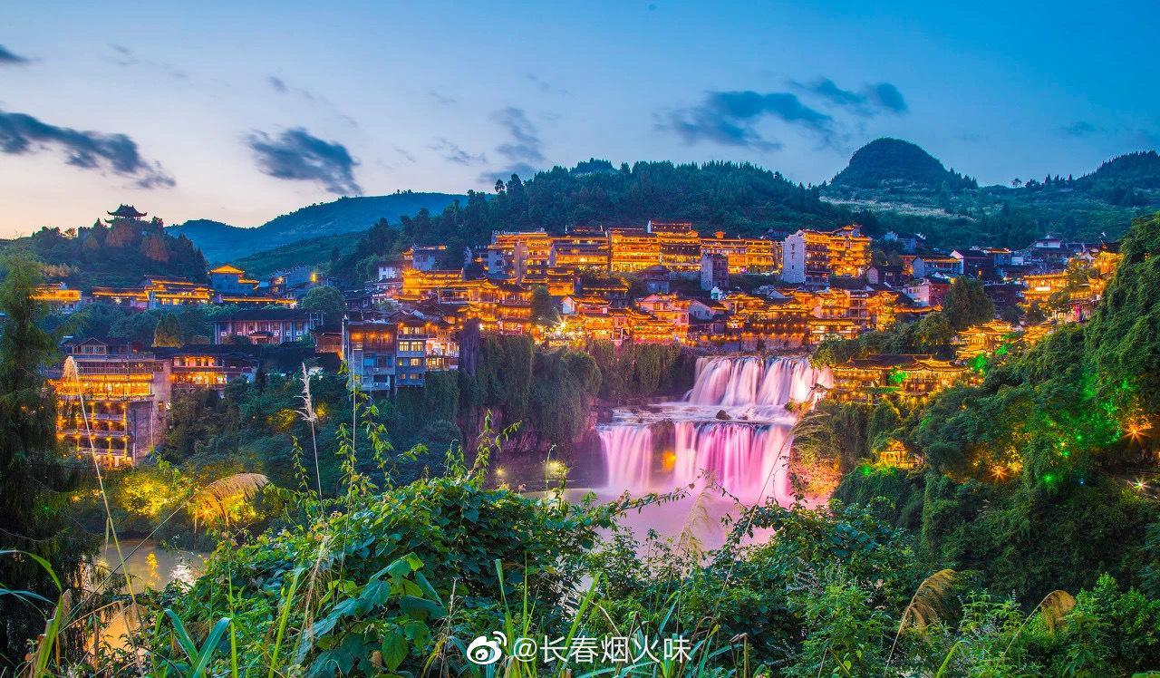 在土家人的吊脚楼上 安静地观赏瀑布和村庄的夜景