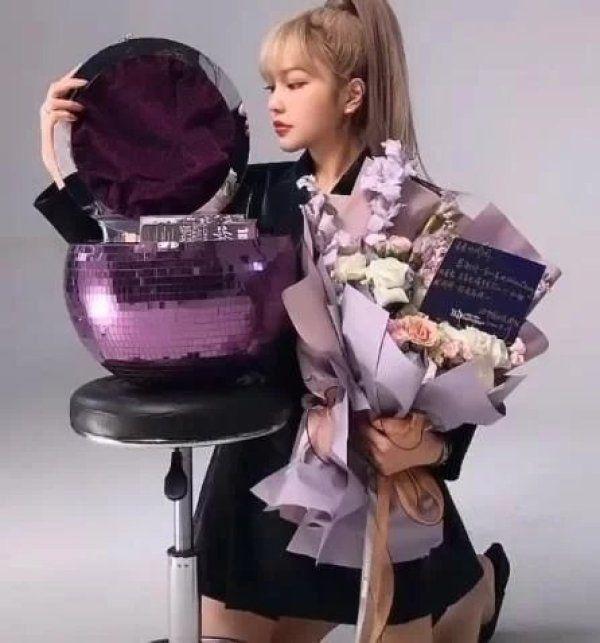 周扬青再次晒豪华礼物团队派专机送奢侈品,紫色宝石盘令人羡慕
