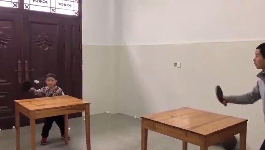 中午时间锻炼一下吧,比如像这两位小朋友一样打打乒乓球