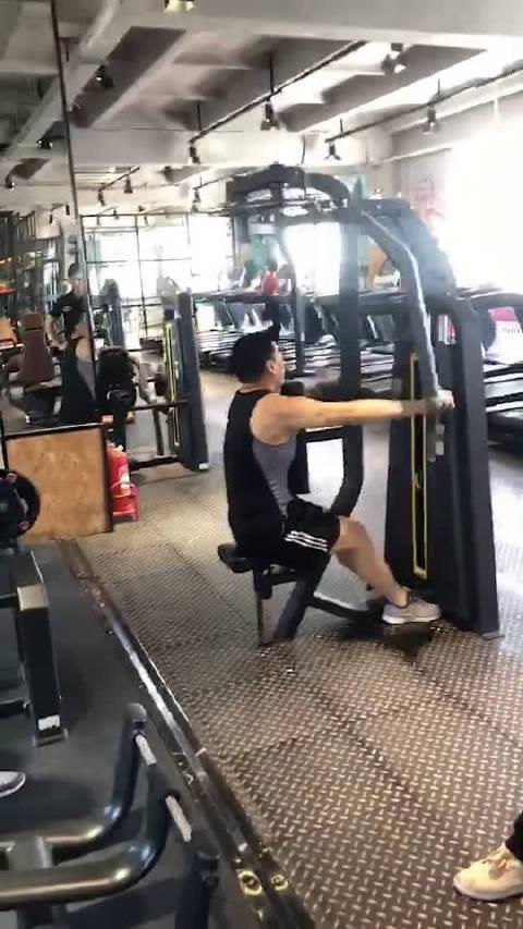 这大爷健身动作是个什么路数?哈哈哈佛了