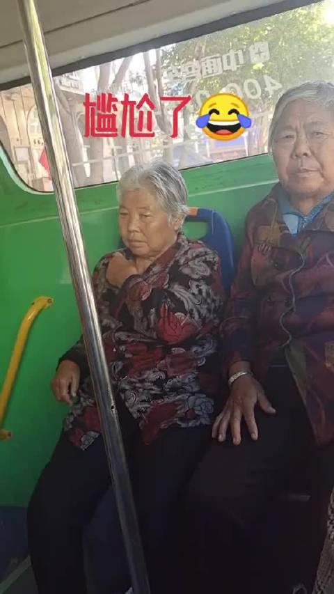 以后不坐公交车了,显老,我也不知道坐这车还得剪短发……