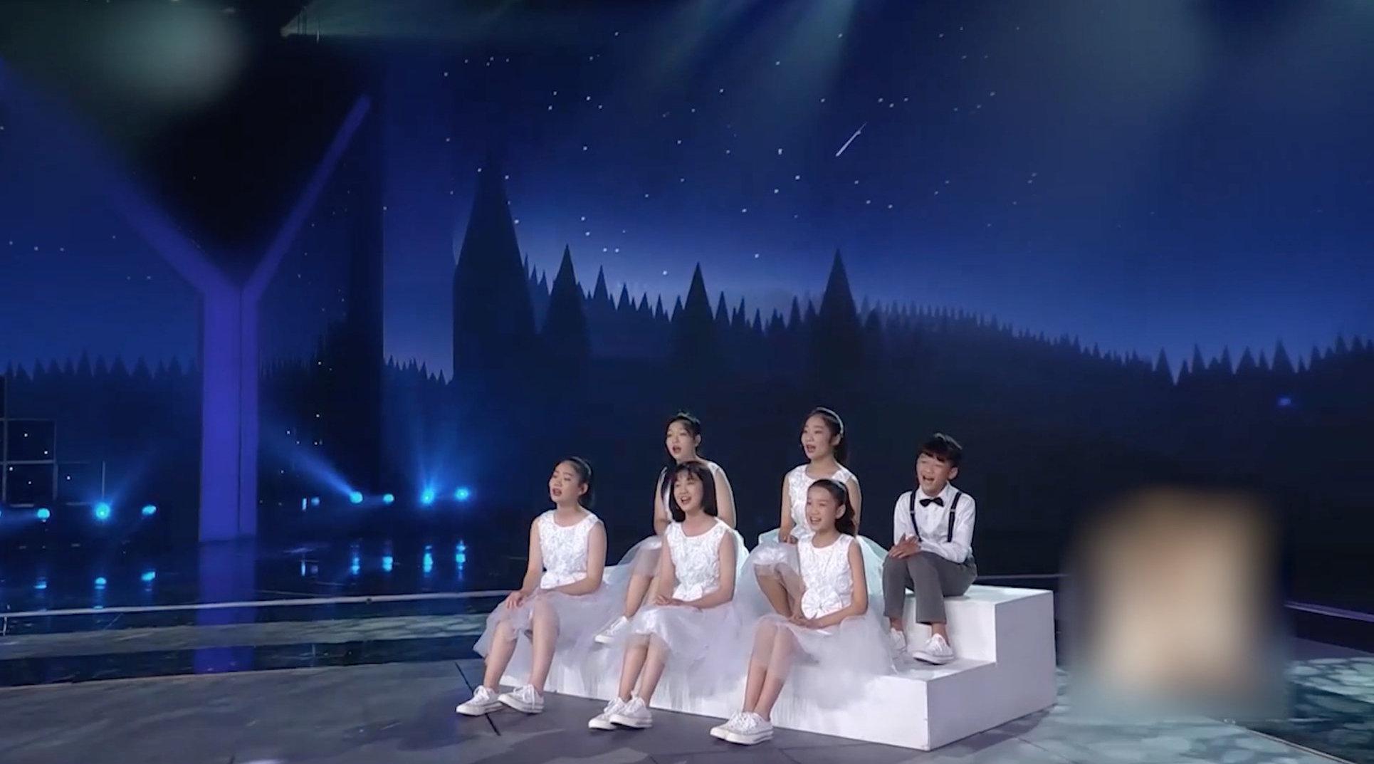 """""""小石头和孩子们""""参加央视""""回声嘹亮""""演唱《夜空中最亮的星》"""