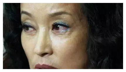 """刘晓庆怎么了!网友害怕:体态狂胖50斤,""""硅胶脸""""油腻畸形!"""