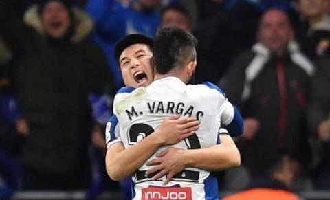 西班牙人痛失榜首!核心被罚下,赛后庆祝拿1分,新帅笑了