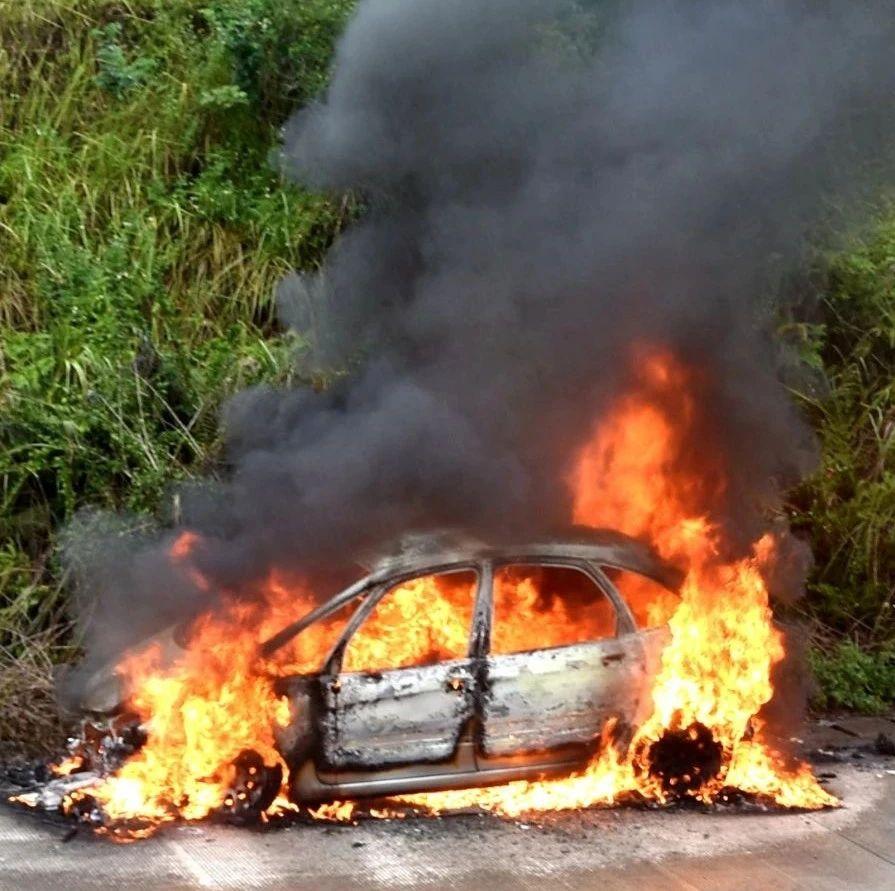 G80高速容县路段,小车起火烧剩铁架!司机:行驶中闻到烧焦味