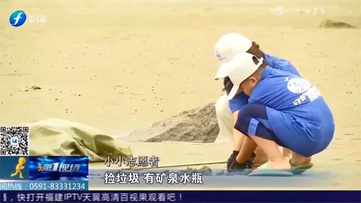 家长带着小朋友捡拾海边垃圾,用实际行动净滩,保护海洋环境!