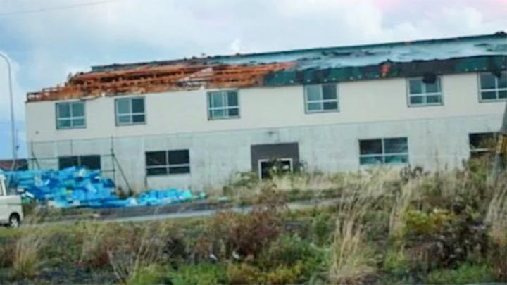 50年一遇!日本遭特大暴雨及龙卷风袭击 海边房顶、渔船都被吹飞
