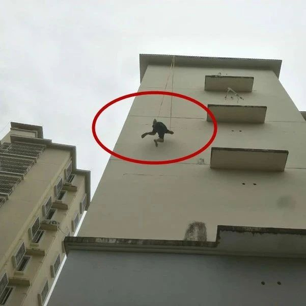 惊险!白沙一空调安装工人操作不慎悬在半空,动弹不得...