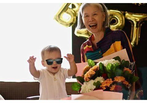 周杰伦给妈妈庆生:66岁的叶惠美微笑出镜,露出幸福的笑容