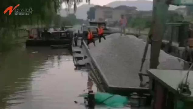 重载石料的船舶进水沉没,湖州交通部门联合救助