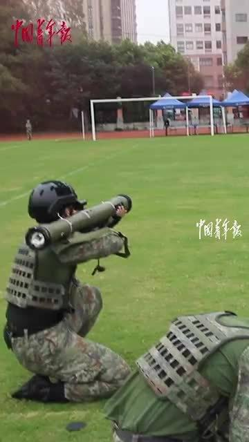硬核!同济大学军训,学生扛着火箭筒进行课目汇报!