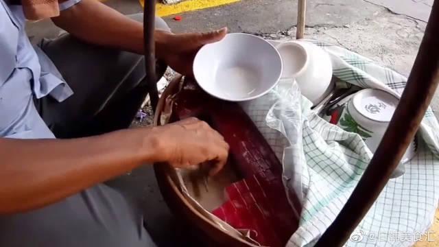 印度尼西亚街头的冰淇淋,看起来跟果冻一样,又好像凉粉!