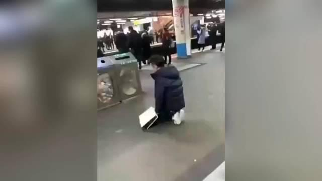 日本一男子因为扔错了垃圾桶,对着垃圾箱下跪道歉