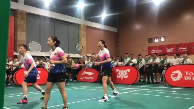 羽毛球世界冠军张宁在出席3v3的活动 这个高度……