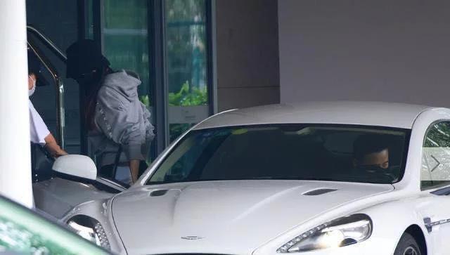 罗晋亲自护妻赶飞机,低调驾车尽显总裁范,唐嫣全程享受公主待遇