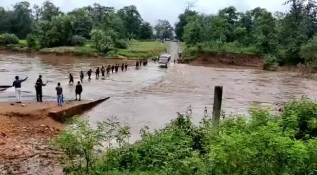 印度一辆载有士兵的大巴从栈桥翻入河中