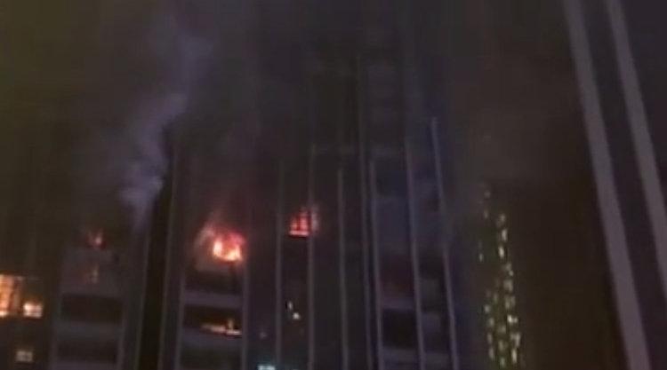 成都一公寓楼突发火灾 现场消防:无人员伤亡