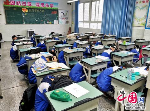 """""""常练不茫然,临事不慌乱""""成都龙泉六中举行抗震避险演练"""