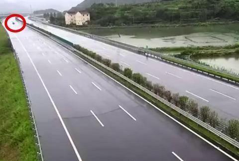 浙江甬莞高速台州段发生一起车祸!事故致奔驰AMG轿跑车受损严重