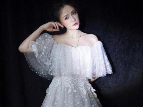 陈乔恩不愧是偶像剧女王,一袭碎花网纱裙,仿佛置身于童话世界