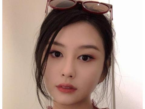 邱淑贞21岁女儿沈月晒自拍,红裙甜笑娇艳俏丽