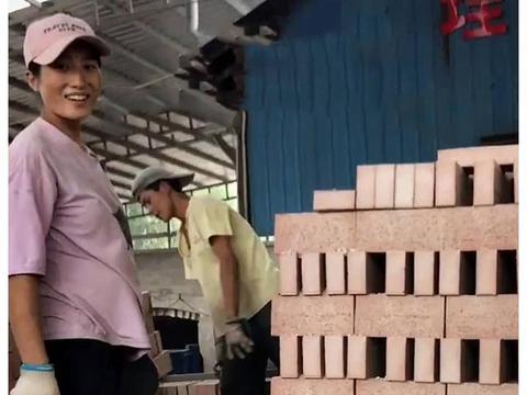 孕妈怀孕7个月,挺孕肚搬砖挣钱:是她太贤惠还是太傻?