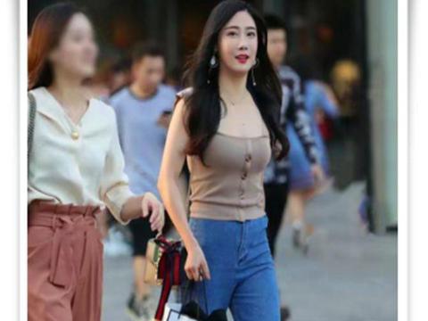 街拍:美女紧身衣搭牛子裤,时尚出众,气质非凡