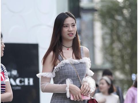 路人街拍:很显气质的一款搭配,女神长发披肩太优雅了吧!