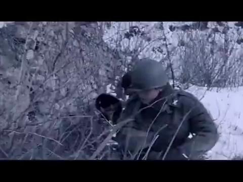 志愿军炮兵在目标引导员的引导下,对美军基地展开准确密集的轰击