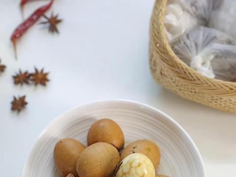 茶叶蛋如何更香更入味?蛋壳敲碎,长时间浸泡,自制更健康