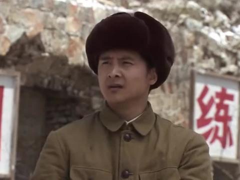 连长让小战士给小雷降低投弹标准,小战士却说,没法跟别人交代