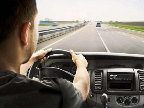 很多司机都喜欢把座椅调的很靠后?开车不累还安全,新手记得看!
